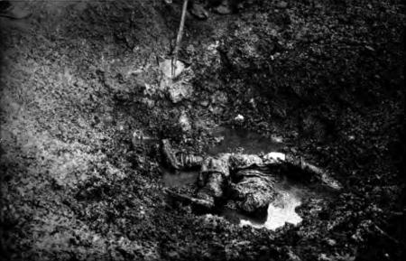 1914. Groapă comună cu civili, la Lešnica.